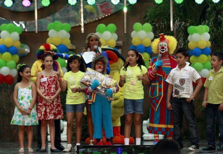 La cantante Morita contagió de energía a los niños y organizó divertidos concursos. (SIPSE)