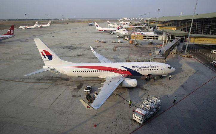 En la búsqueda de la nave de Malaysia Airlines se encuentran participando 42 barcos y 35 aviones de diferentes países. (Agencias)
