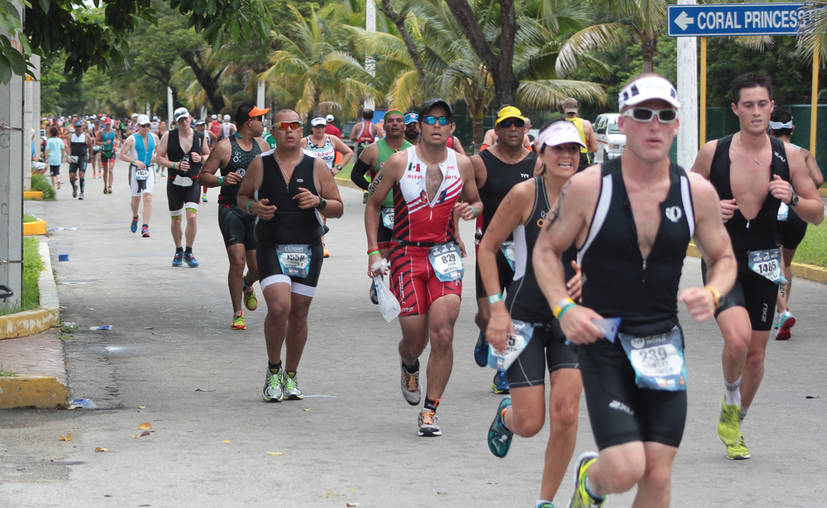 Los competidores recorrerán 1.9 kilómetros a nado, 90.1 en bicicleta y 21.1 en carrera pedestre. (Gustavo Villegas/SIPSE)