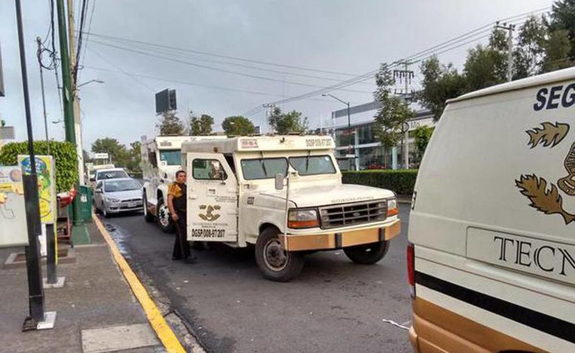 El atraco a la camioneta de valores sucedió en en los alrededores de la plaza comercial Galerías Coapa, en Miramontes y Calzada del Hueso. Imagen del vehículo que fueron asaltado. (@Coapa_ )