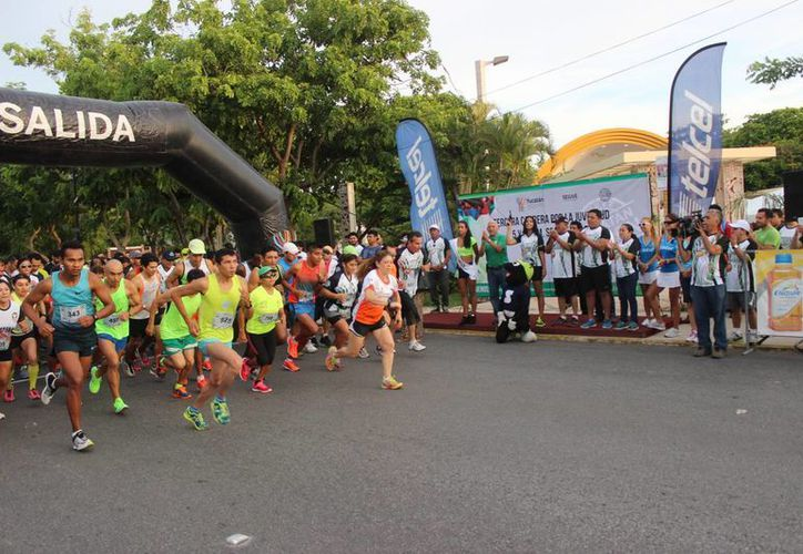 Imagen de la salida de los más de 800 corredores  en el Parque de las Américas. (Milenio Novedades)