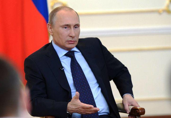 El presidente Vladimir Putin en una rueda de prensa sobre la situación en Ucrania en la residencia presidencial de Novo-Ogaryovo, en las afueras de Moscú. (Agencias)
