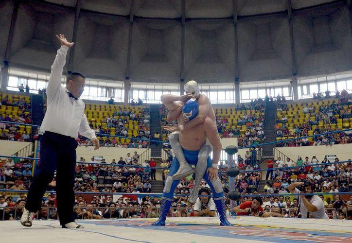 Blue Demon Jr y el Hijo del Santo durante su enfrentamiento previo a la lucha contra el Hijo del Solitario y Aníbal Jr. (SIPSE)