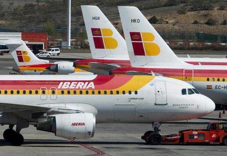 Iberia dijo en un comunicado que los drásticos recortes son obligatorios para garantizar la viabilidad de la aerolínea. (Archivo/AP)