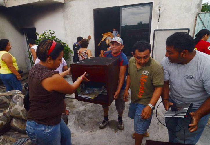 Vecinos del rumbo auxiliaron a los propietarios del taller, rescatando algunos enseres. (Milenio Novedades)