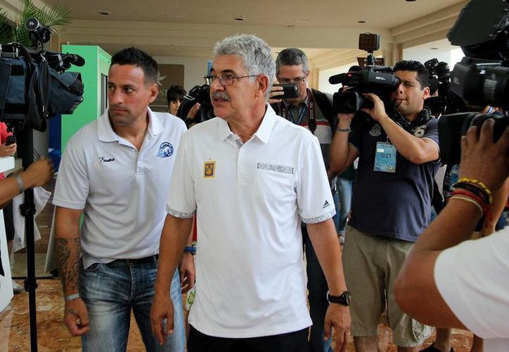 El técnico de Tigres de la UANL, Ricardo <i>Tuca</i>, Ferreti se encolerizó cuando el conductor de una camioneta golpeó su auto Ferrari, en Monterrey. (Notimex)