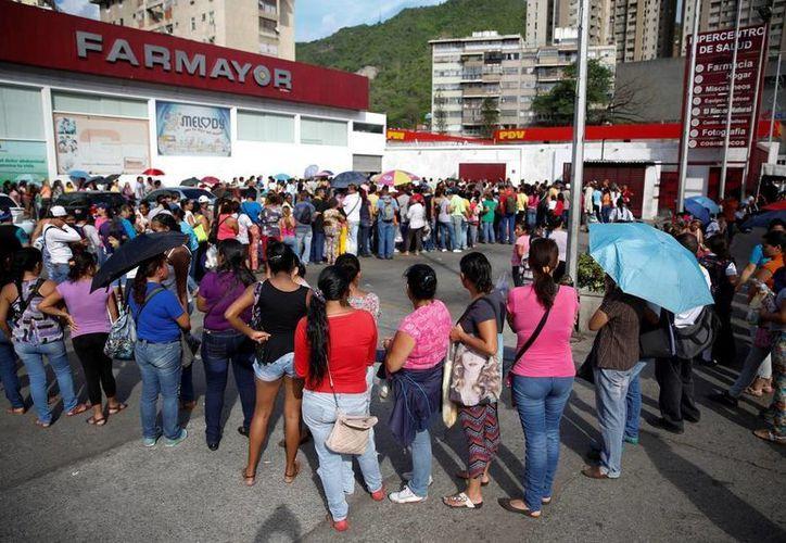 Miles de venezolanos tienen que hacer filas por varias horas para acceder a los pocos productos en existencia en tiendas y farmacias. Por si fuera poco, no cualquiera puede comprar, ya que los precios son realmente estratosféricos. (Reuters)