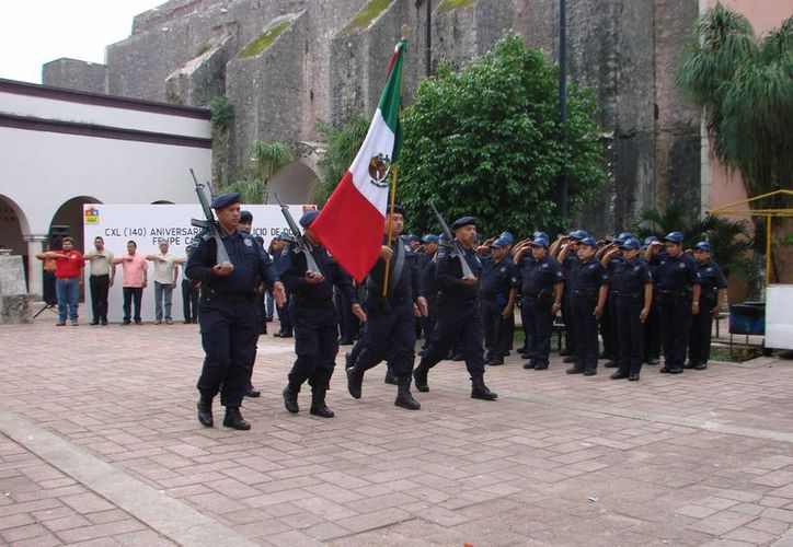 Los presentes montaron una guardia de honor frente al monumento a Felipe Carrillo Puerto y depositaron una ofrenda floral. (Manuel Salazar/SIPSE)