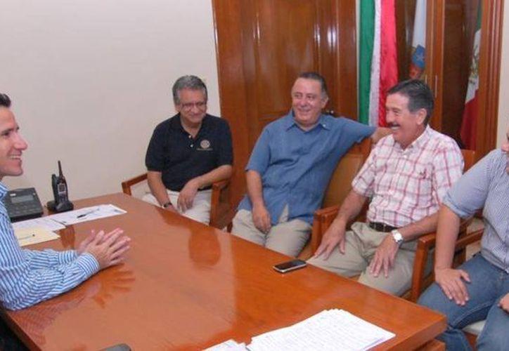 El alcalde recibió al gobernador del distrito 4200 de rotarios. (Cortesía/SIPSE)