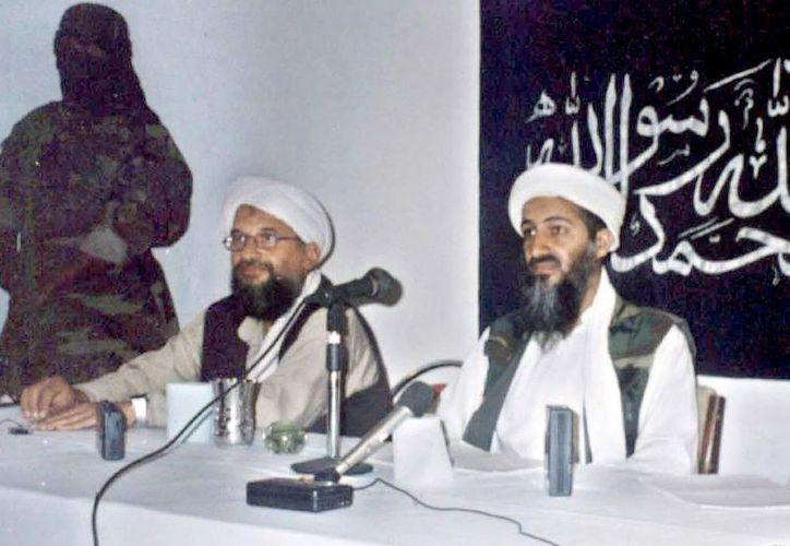 Imagen de archivo tomada el 26 de mayo de 1998 que muestra al fallecido líder de Al-Qaeda, Osama Bin Laden, (d), y a su número dos, yman Al-Zawahiri, (c), durante una rueda de prensa en Khost, al sur de Afganistán. (EFE/Archivo)