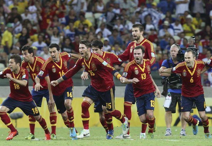 Seleccionados españoles celebran su victoria sobre Italia en la semifinal de Copa Confederaciones. (Agencias)