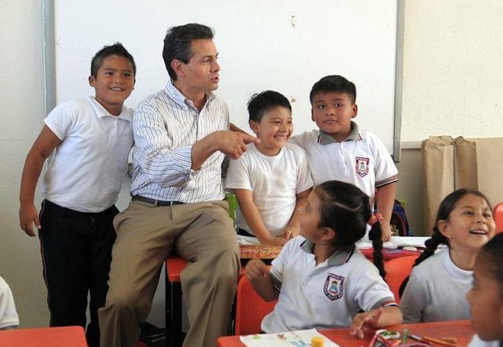 El presidente Enrique Peña Nieto, en amena charla  con los alumnos. (presidencia.gob.mx)