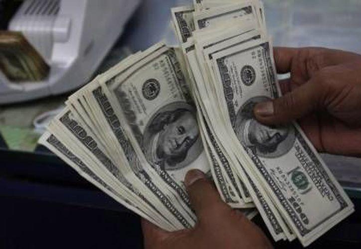 El dólar se compró en un mínimo de 14.05 pesos. (Archivo/Reuters)