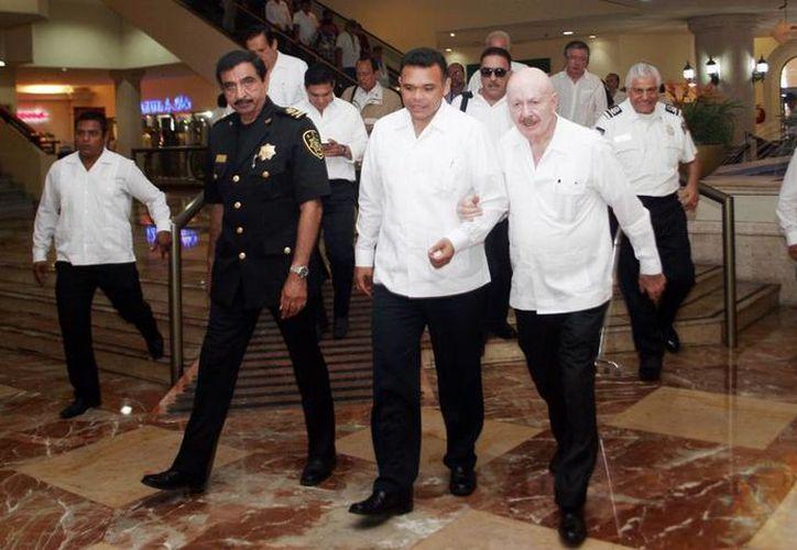 El gobernador Rolando Zapata salió flanqueado por Manuel Mondragón y Luis Felipe Saidén. (Milenio Novedades)