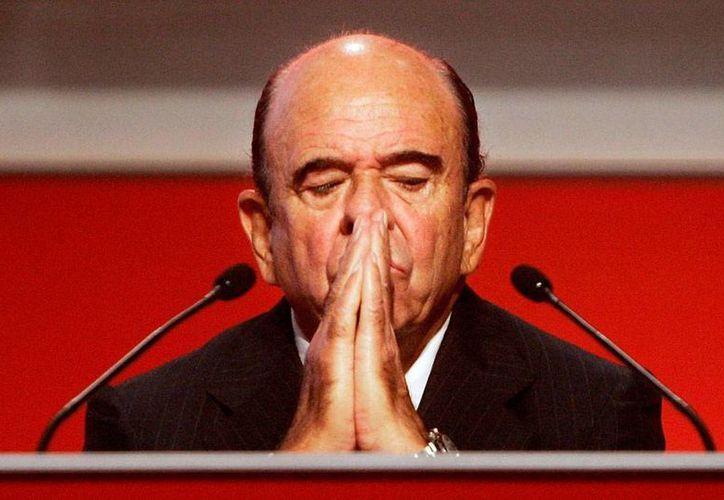 Emilio Botín, dueño y presidente del Banco Santander, falleció el martes a causa de un infarto. Según las primeras informaciones, no padecía ninguna enfermedad que pusiera en peligro su vida, por eso su muerte sorprendió a los españoles. (Archivo/AP)