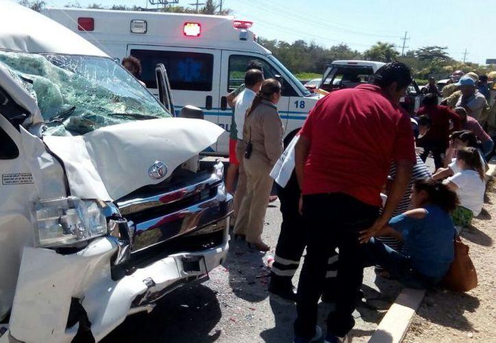 Cuerpos de emergencia acudieron para auxiliar a los lesionados. (Redacción)