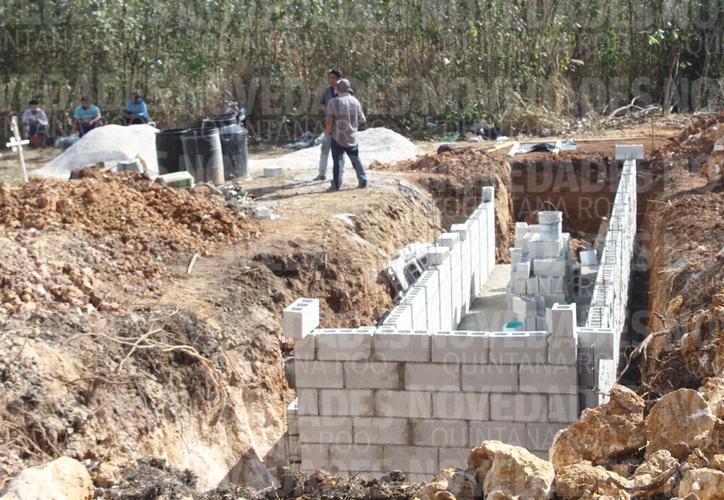 La fosa se comenzó a construir en un área de 20 por 20 metros al fondo del panteón local. (Daniel Tejada/SIPSE)