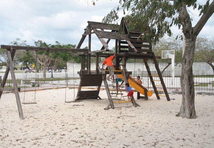 El parque público se encuentra en mal estado y no ha recibido mantenimiento. (Julián Miranda/SIPSE)