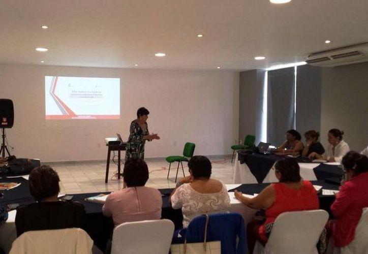 Uno de los objetyivos del seminario es contribuir al fortalecimiento de las competencias profesionales de docentes. (Redacción/SIPSE)