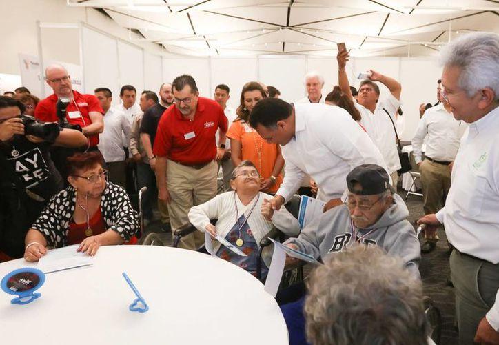 El gobernador de Yucatán y representantes de la Fundación Starkey Hearing donaron este miércoles auxiliares auditivos a más de 500 personas. (Foto cortesía del Gobierno de Yucatán)