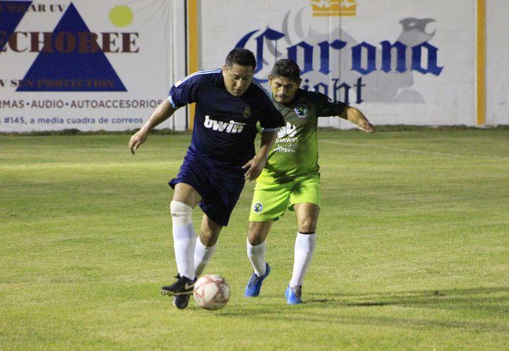 En otro cotejo, Club Osos Grises superó 4-0 a la Notaría Pública 89. Omar Martínez concretó todos los goles. (Miguel Maldonado/SIPSE)