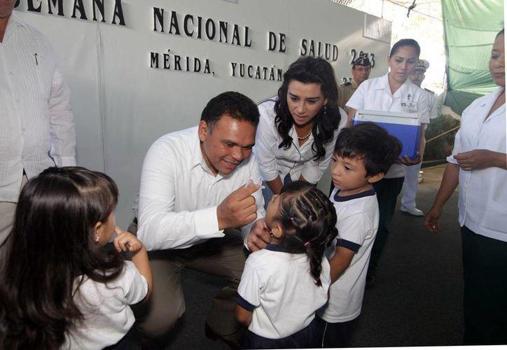 Entre sus actividades de ayer, el Gobernador encabezó el arranque de la Semana Nacional de Salud. (Cortesía)