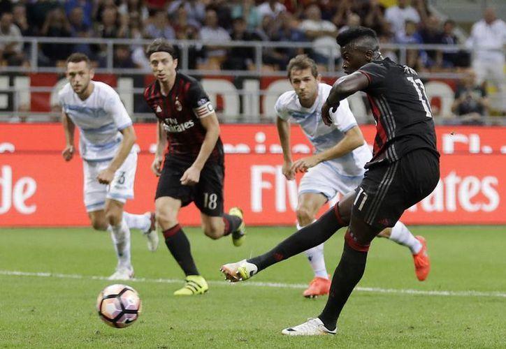 Con goles de Carlos Bacca al 37´ y M'Baye Niang (foto), de penal, al 74, el AC Milan ganó 2-0 a Lazio en la liga italiana. (AP)