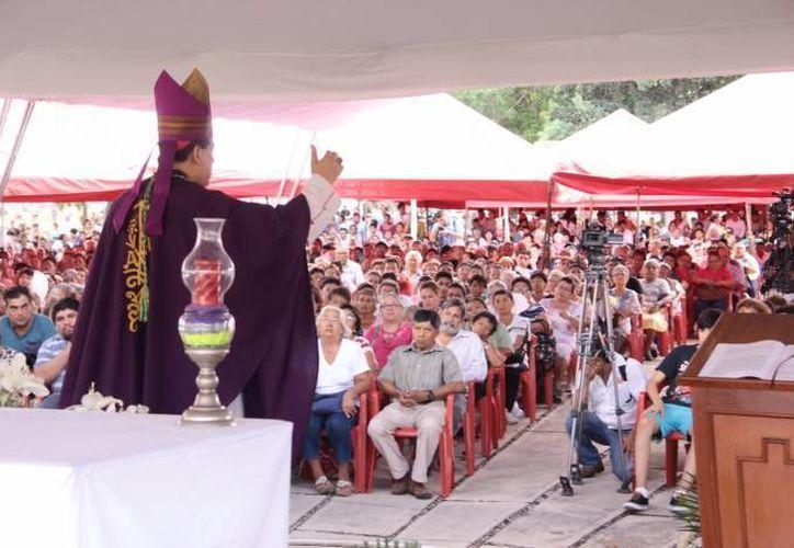 En el marco de la homilía, el Arzobispo de Yucatán, Gustavo Rodríguez, recordó al Beato Oscar Arnulfo Romero. (Jorge Acosta/Foto de archivo de SIPSE)