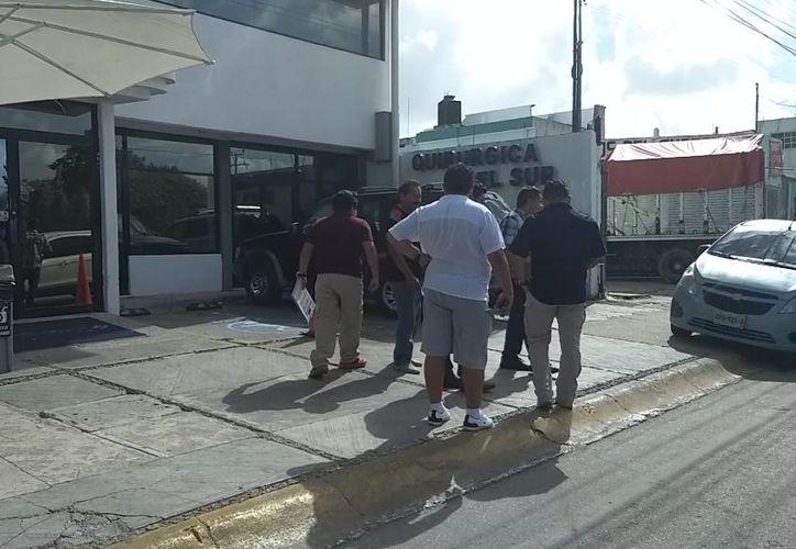 Las autoridades acudieron a la clínica para entrevistar al lesionado. (Redacción/SIPSE)