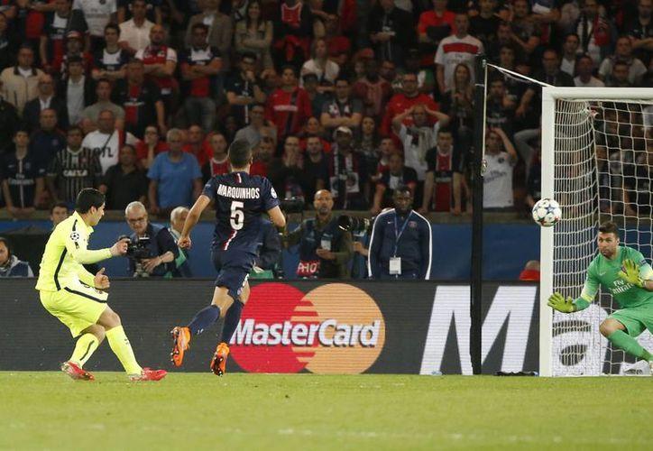 El uruguayo Luis Suárez al momento de anotar uno de sus dos goles ante PSG en la victoria por 3-1 del Barcelona. (Foto: AP)
