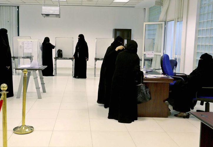 Una mujer saudí deposita este sábado su voto en uno de los colegios electorales en el municipio saudí de Kigdom, en Riad. (EFE)