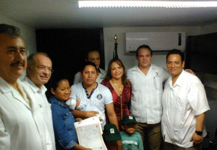 Imagen del primer registro de un recién nacido en el Hospital del IMSS. Los padres del bebé acompañados de los funcionarios que inauguraron las instalaciones. (José Salazar/SIPSE)