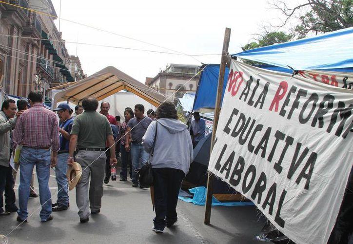 Mientras los maestros siguen en  huelga, el sector educativo en Oaxaca se hunde. (Archivo SIPSE)