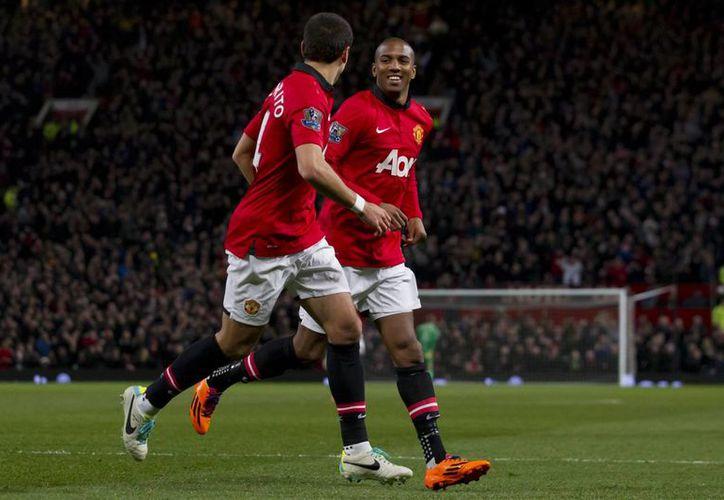 Javier 'Chicharito' Hernández (i) celebra con Ashley Young el gol de este último frente al West Ham. (Agencias)