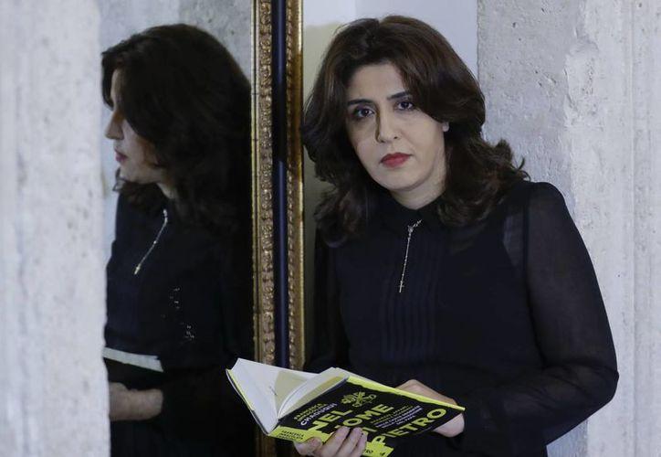 Francesca Chaouqui con su libro 'En el nombre de Pedro' que presentó en Roma, Italia el martes 7 de febrero de 2017, sobre el caso Vatileaks 2.(AP/Andrew Medichini)