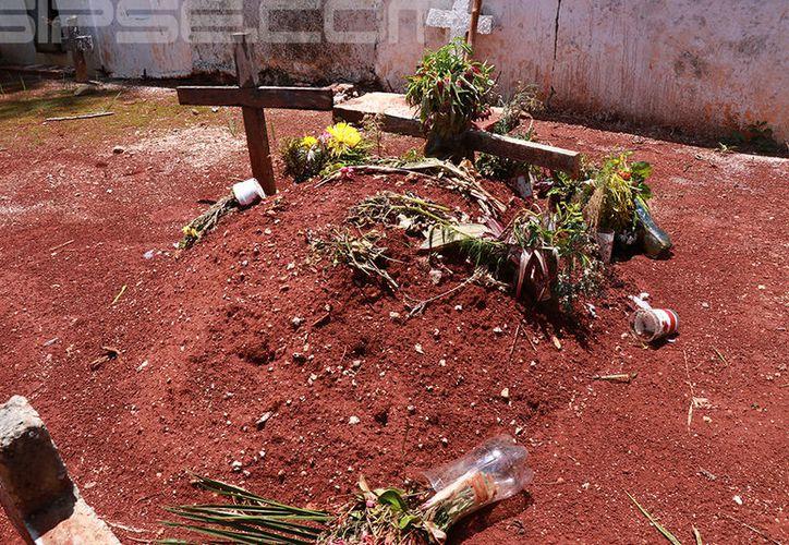 Los restos de la pequeña Ana Cristina descansan en una humilde tumba, la cual es solo un montículo de tierra con una cruz.  (Foto: Jorge Acosta/ Milenio Novedades)