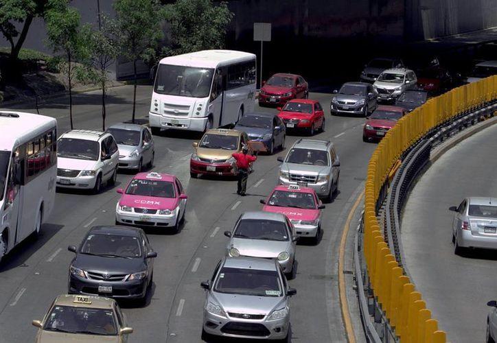 Se espera que a partir del 1 de julio haya largas filas de conductores que esperan checar que sus sistemas a bordo funcionen al 100 por ciento. (Archivo/Notimex)