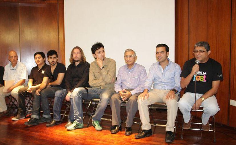 Artistas y funcionarios municipales presentaron los espectáculos. (Theani Ruz/SIPSE)