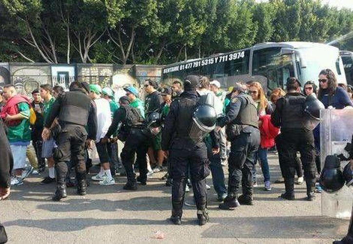 Aficionados del León llegando en autobuses al Estadio Azteca. (milenio.com)