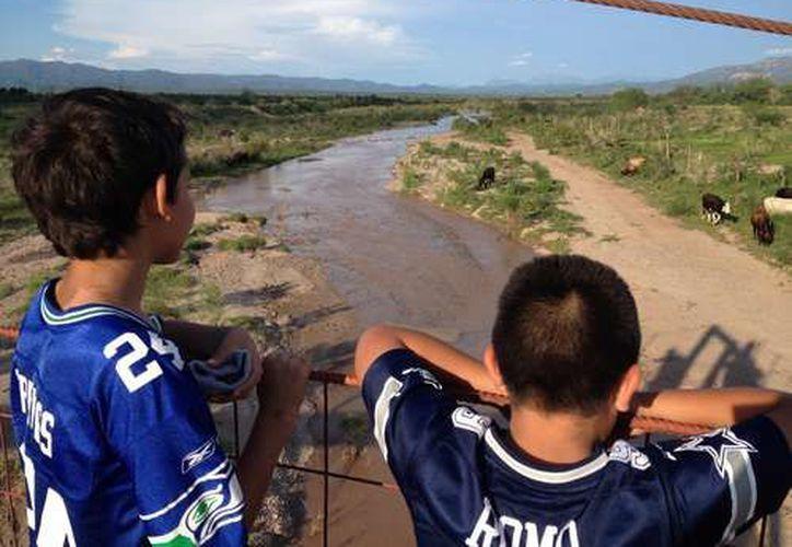 Los pobladores de los municipios aledaños al río Sonora continúan consumiendo agua con altos niveles de plomo. (La Jornada)