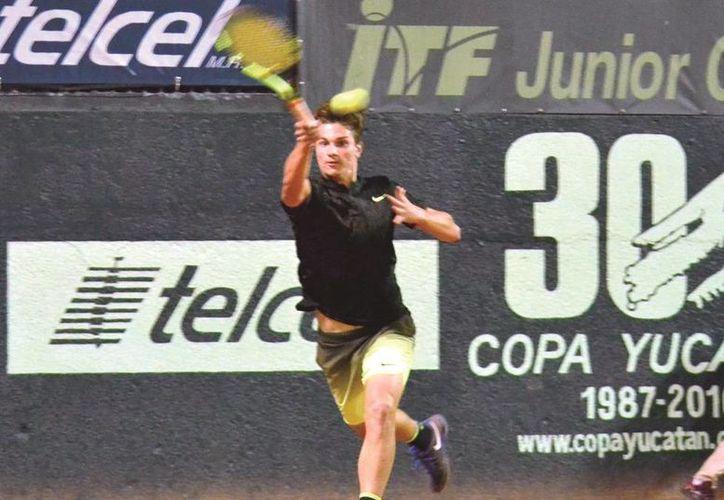 Gabriel Decamps dio la campanada al eliminar al número 1 de la rama varonil en la Copa Yucatán, el serbio Miomir Kocmanovic. (SIPSE)