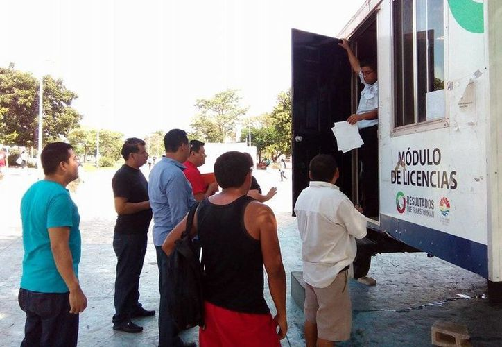 Instalan módulo para renovar licencias de conducir en la plaza de la Reforma de Cancún. (David Sosa/SIPSE)