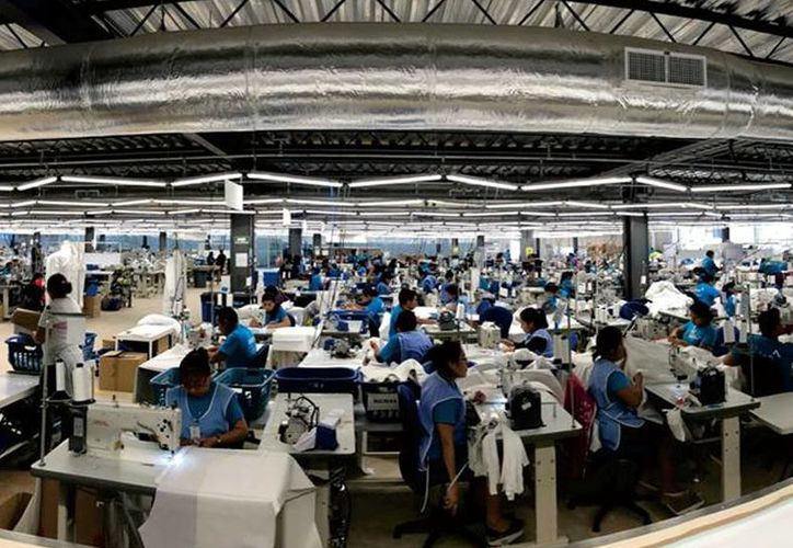 En la empresa Alsico trabajan 400 empleados que elaboran batas, camisas, overoles y chamarras. (Foto: Redes Sociales)