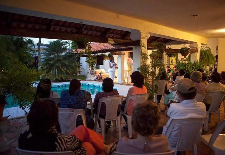 Ana Rosa Payán Cervera, precandidata del Movimiento Ciudadanos, escuchó anoche las inquietudes de vecinos de la colonia María Luisa. (Milenio Novedades)