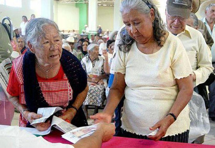 Los apoyos que la Sedesol entrega a los adultos mayores impactan favorablemente en sus condiciones físicas y estado de ánimo. (Archivo/SIPSE)