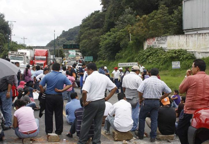 Bloqueo de maestros en la carretera Veracruz-México. (Notimex/Foto de archivo)