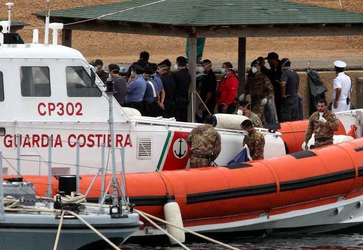 Los traficantes, cuya nacionalidad no fue precisada, llegaron a bordo de las tres lanchas auxiliadas por la Guardia Costera italiana y remolcadas el miércoles a Pozzallo. (twitter.com/Adnkronos)