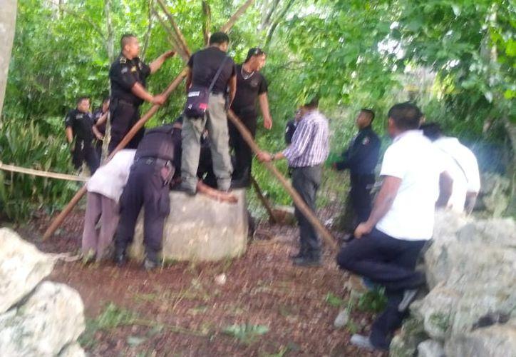 Elementos de la Policía Estatal de Investigación realizan una inspección en el pozo donde fue hallada muerta la niña. (Milenio Novedades)