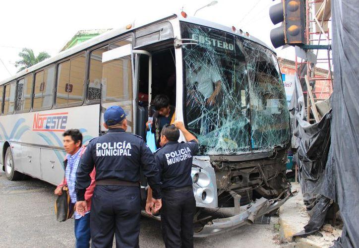 Los pasajeros del autobús de la ruta costera fueron los que mayores golpes presentaron. (Policía de Mérida)