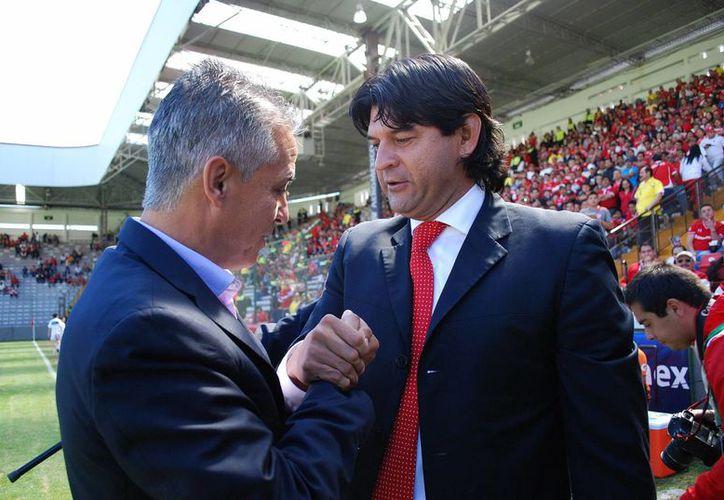 Sergio Bueno (i), guió a Jaguares de Chiapas a tener una buena campaña. En la foto saluda al entrenador de Diablos Rojos, de Toluca. (Notimex)